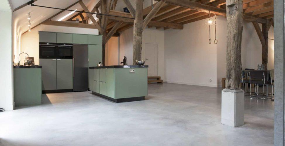 Gevlinderd betonvloer in boerderij met woonkeuken Rijswijk, woonbeton woonkeuken