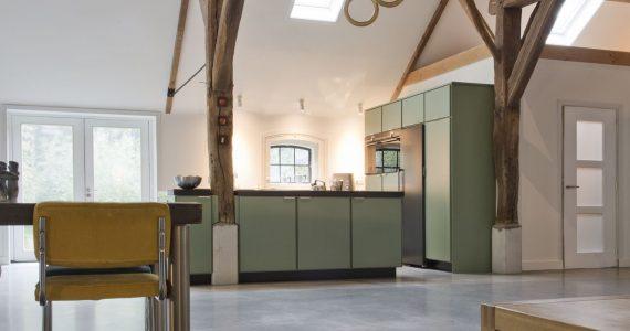 Gevlinderde woonbeton vloer in gerenoveerd boerderijwoning