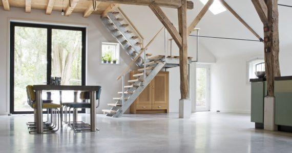 gevlinderde woonbetonvloer in woning, boerderijwoning met beton