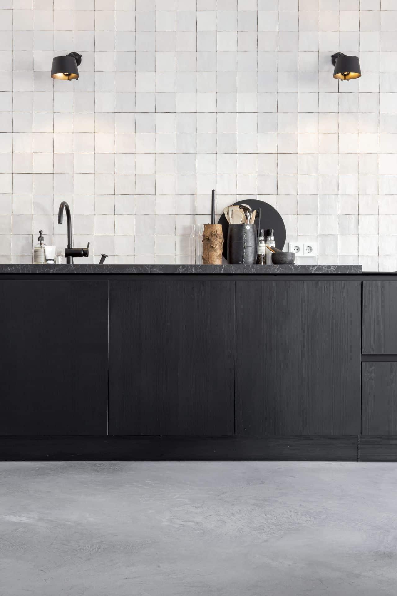 gevlinderde betonvloer keuken, gevlinderde betonvloer zwarte keuken, zwarte keuken interieur