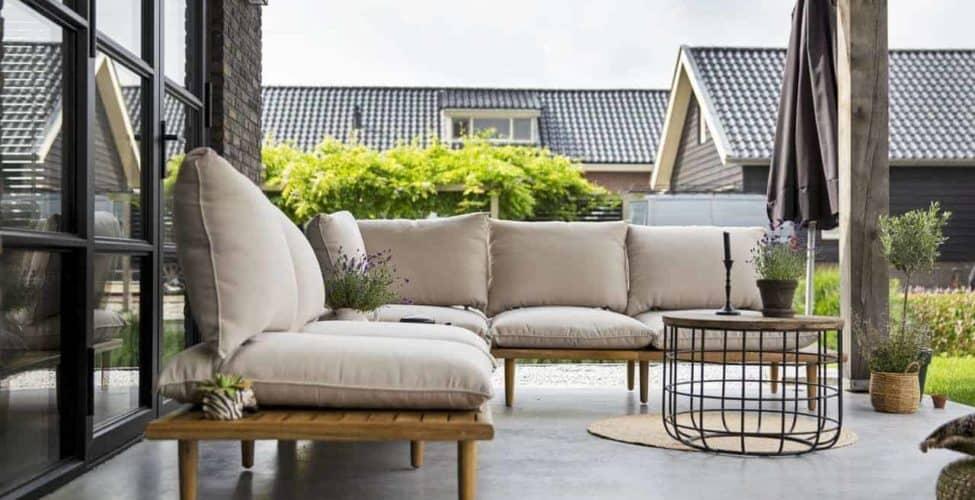 Buiten terras van beton met loungeset Veenendaal