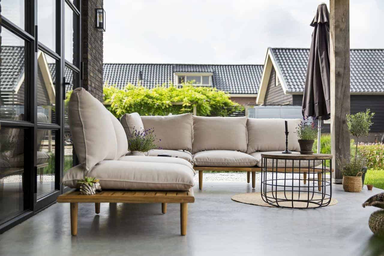 terras van beton met loungeset