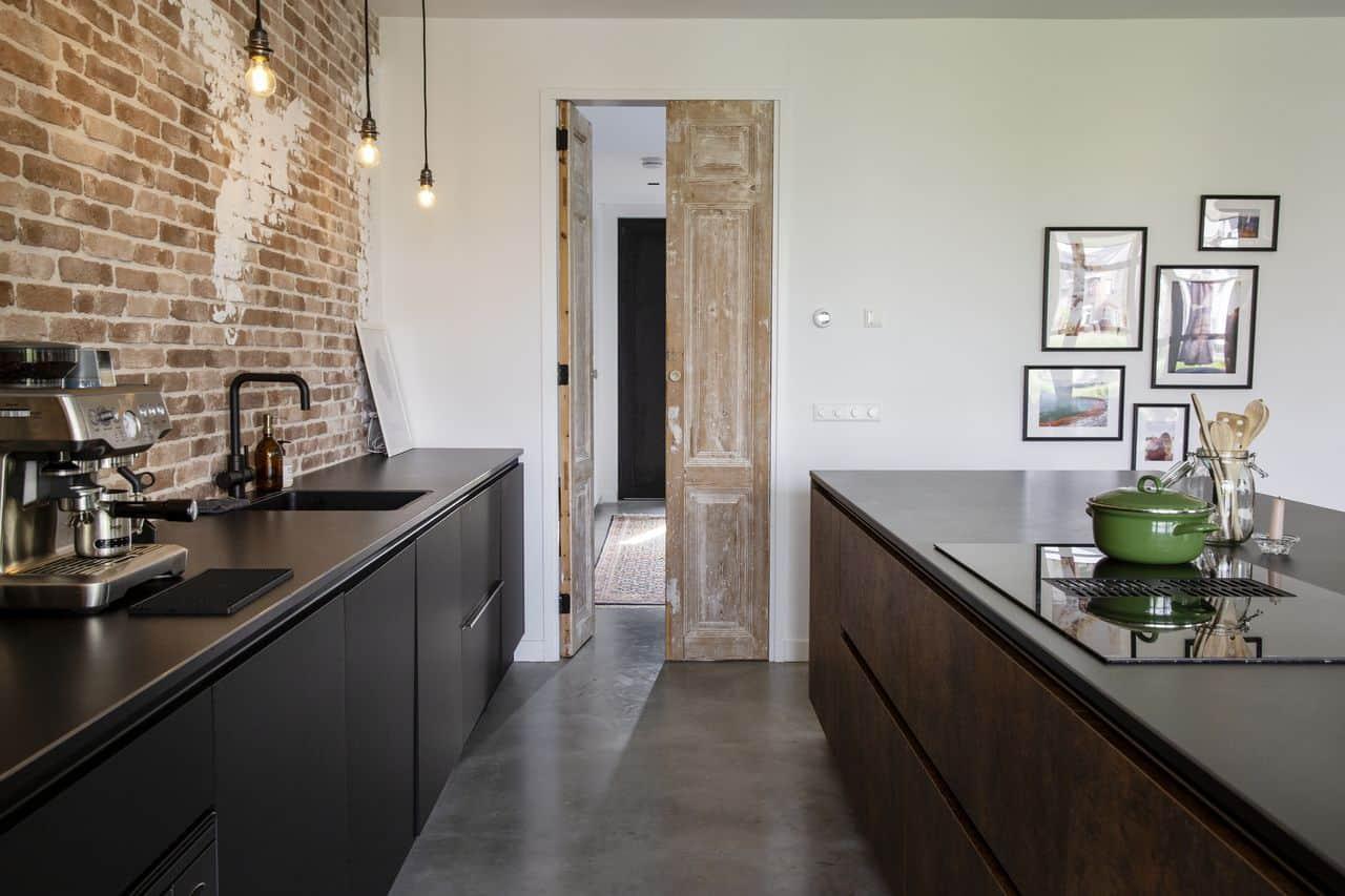 betonvloer binnen, woonbeton in de keuken van een industrieel interieur