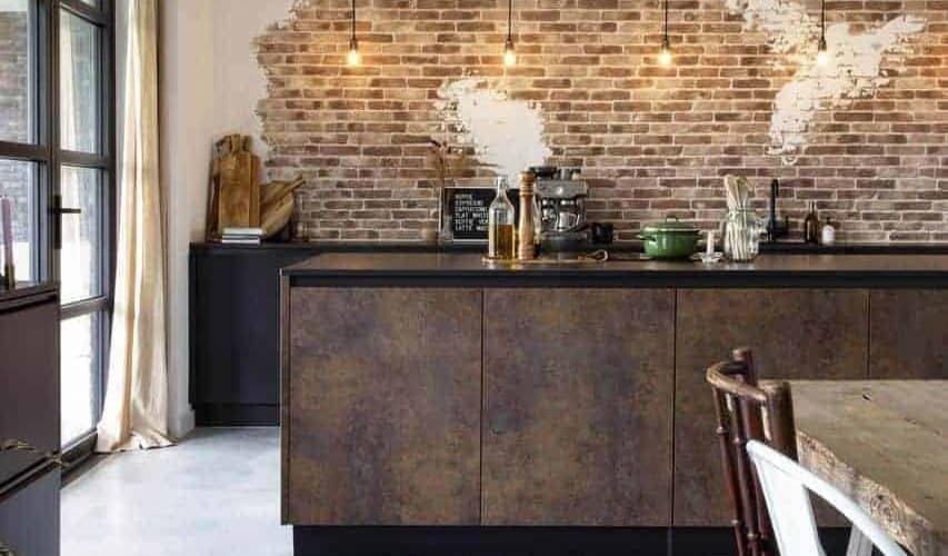 Steensmuur in industriële keuken Willem Designvloeren