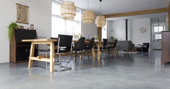 betonvloer in de eetkamer