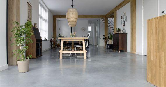 onderhoud gepolierde beton, Gevlinderde betonvloer in eetkamer, eetkamer met betonnen vloer