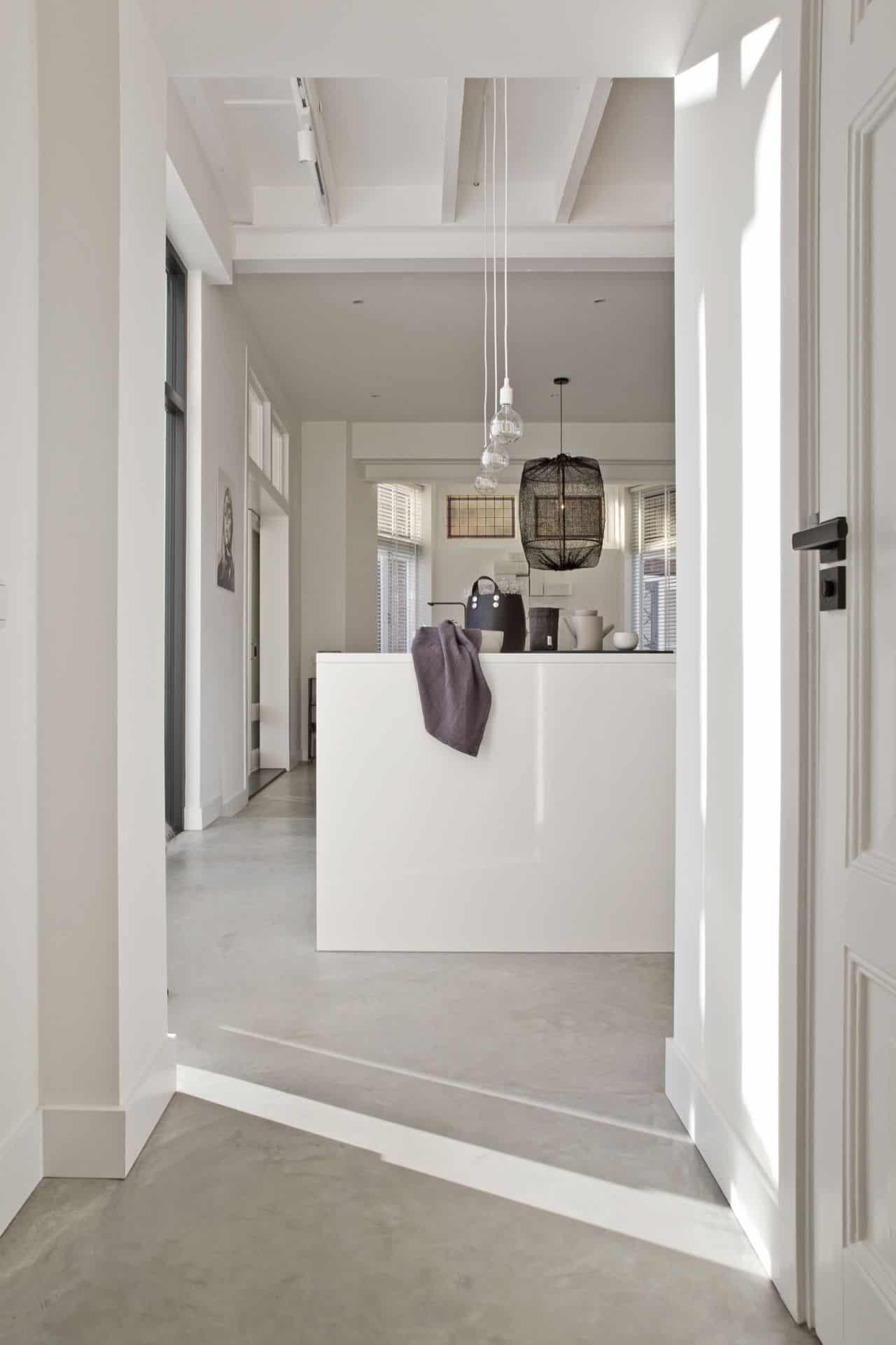 betonvloer in de hal en keuken