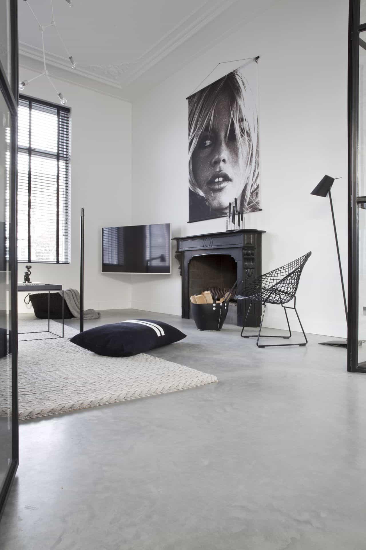 betonvloer in woonkamer met stalen deuren